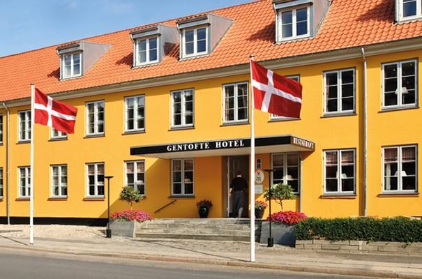 Den charmerende gule facade hos det historiske Gentofte Hotel.