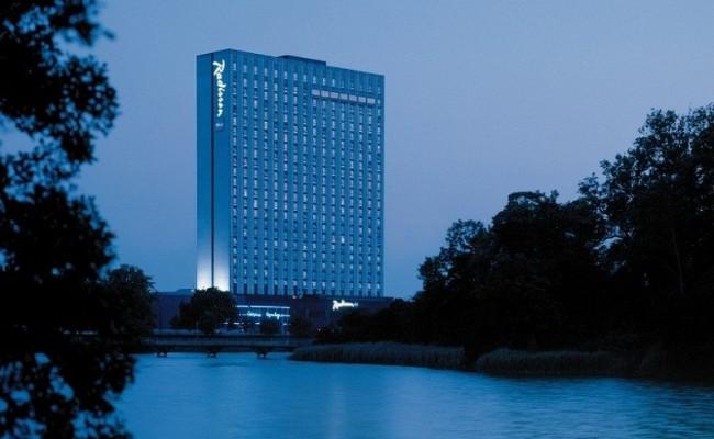 Hotellets facade set om aftenen.