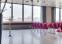 Konferencelokale med store vinduer.