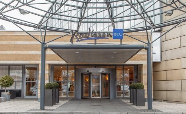 Indgangen til hotellet.